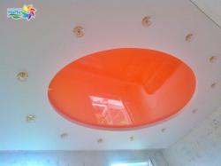 Двухуровневый натяжной потолок в Прокопьевске оранжевый с белым