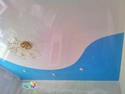 Сочетание цветов: белый и голубой натяжной потолок