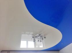 Розовый натяжной потолок со светильниками в Киселевске