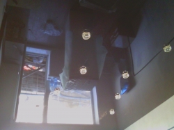 Коричневый натяжной потолок в зале со светильниками. Прокопьевск и Киселевск.