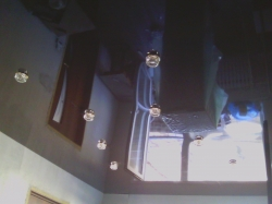 Коричневый глянцевый натяжной потолок в Прокопьевске. 10 светильников.
