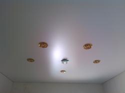 Белый сатиновый натяжной потолок в коридоре частного дома + 6 светильников