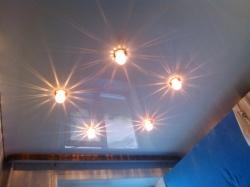 Потолок со светильниками на кухне