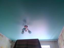 Матовый бирюзовый натяжной потолок в спальне