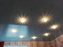 Голубой потолок в частном доме со светильниками