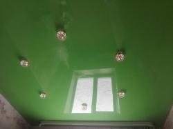 Зеленый потолок со светильниками на кухне