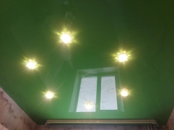 Зеленый потолок со светильниками