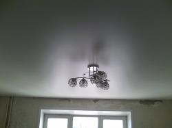 Белый сатиновый натяжной потолок с люстрой в комнате. Киселевск и Прокопьевск.