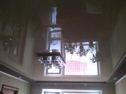Бежевый глянцевый натяжной потолок