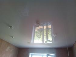 Белый глянцевый натяжной потолок с шестью светильниками на кухню Прокопьевск